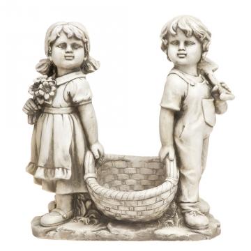 Patsas tyttö ja poika kukkakorilla